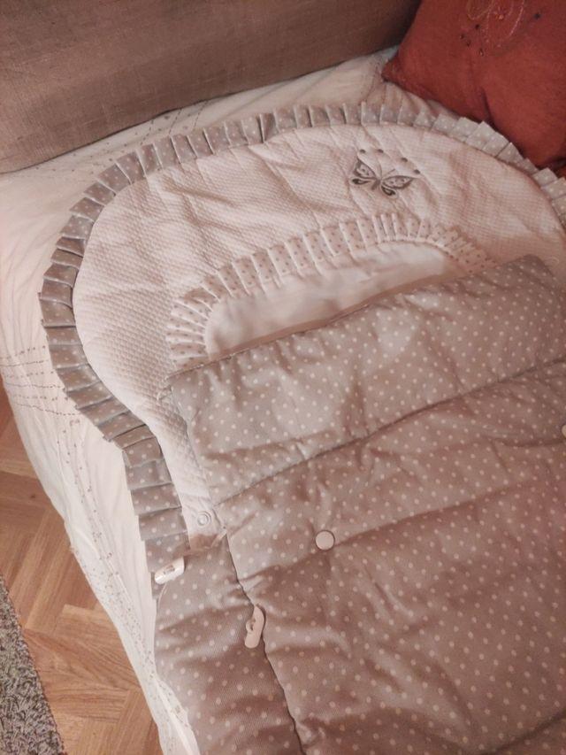 Precioso saco para silla en piqué blanco y gris.