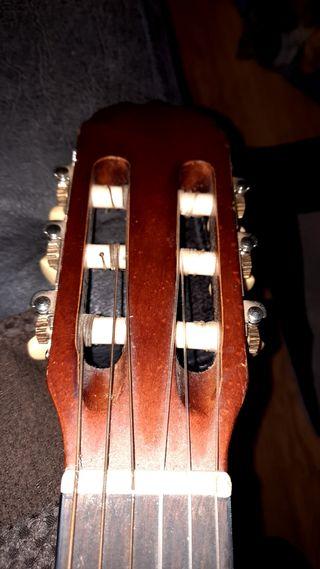 guitarra de niño con funda