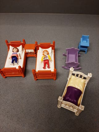 Camas, trona, cuna y 2 niños playmobil