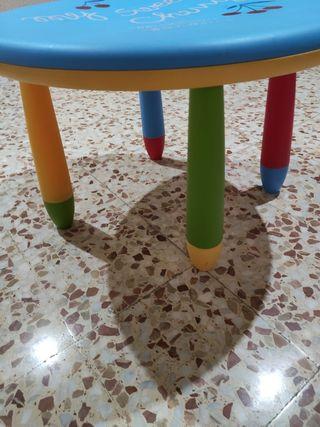 Mesa de actividades para niños pequeños