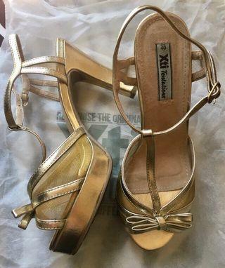 Sandalias de tacón doradas Xti. Número 40