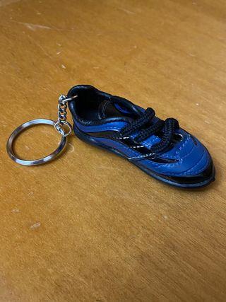 Llavero bota futbol azul
