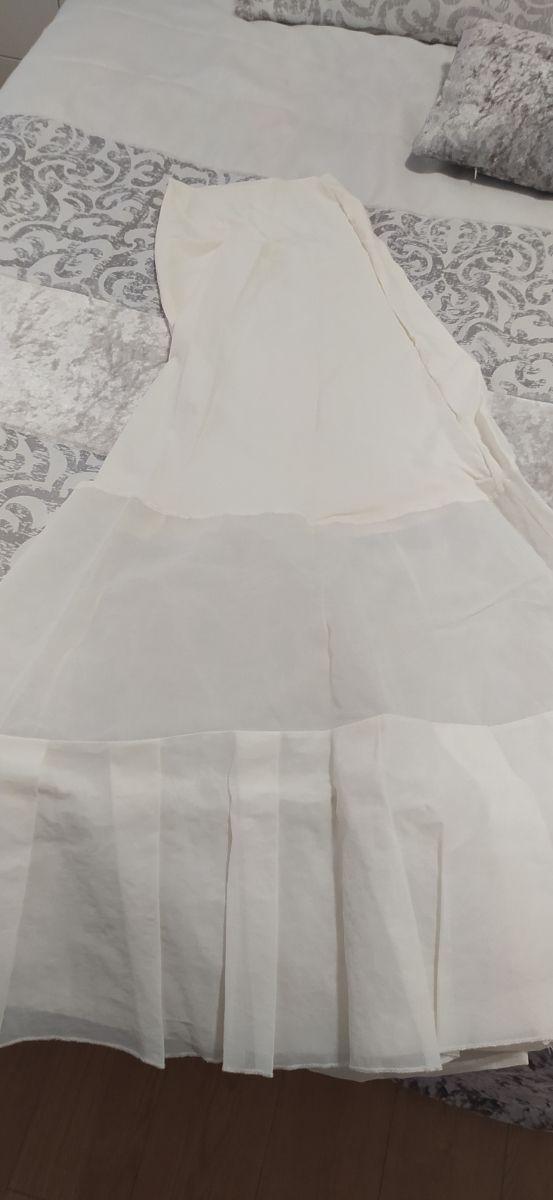 faldón bajo traje de novia