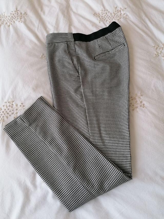 pantalón con cintura trasera elástica