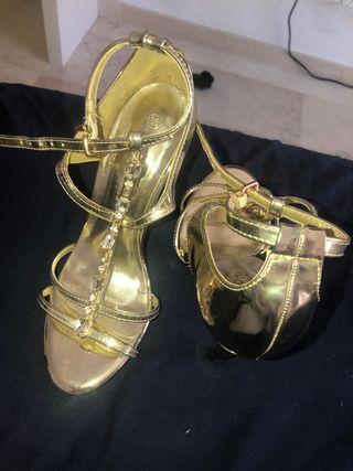 Tacón sandalia dorada con pedrería