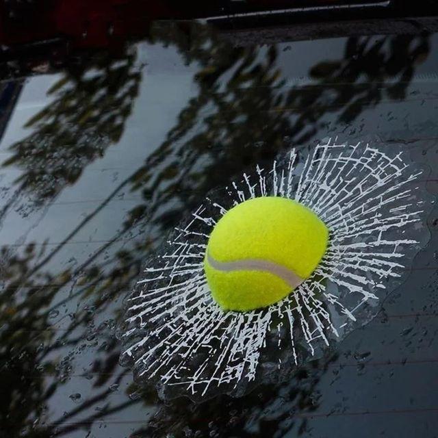 Vinilo 3D pelota tenis impactando en cristal