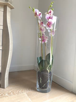 Planta artificial con jarrón de cristal
