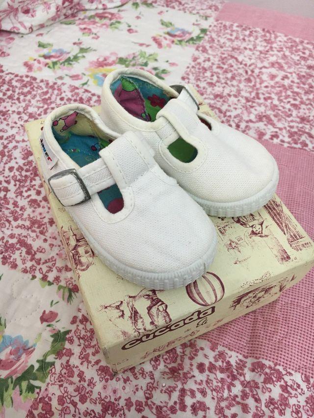 Zapato de lona color blanco, número 19.