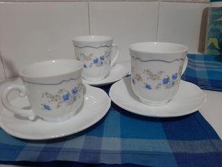 Tazas para café y té con platos.