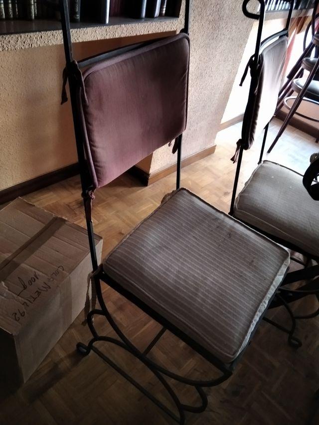 Mesa de cristal y forja más 6 sillas.