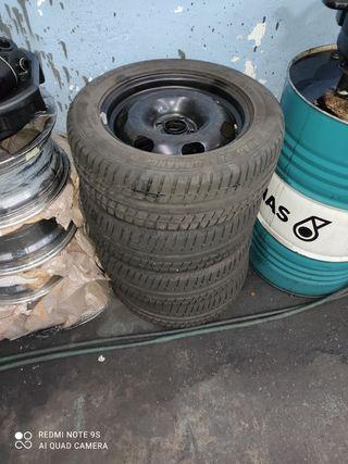 Ruedas de acero con neumáticos nuevos