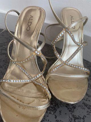 Sandalias doradas con brillantes Aldo talla 40