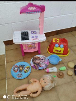 lote de muñeco, cocinita y accesorios