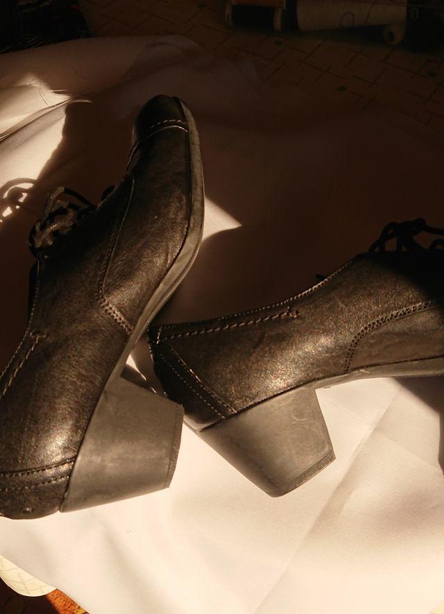 zapatos acordonados negros muy comodos
