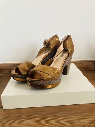 Sandalias doradas sin usar