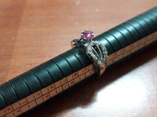 anillo con diamantes blancos, negros y Rubí centra