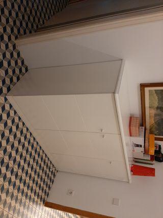 armario de media altura para colgar.