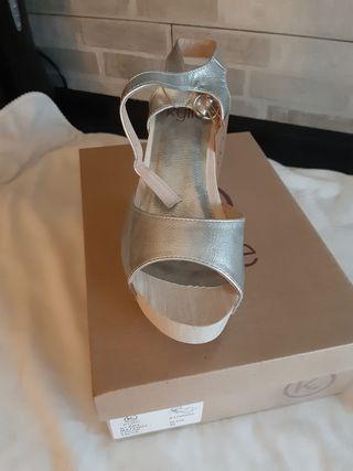 zapato abierto de tacon color plata talla 40