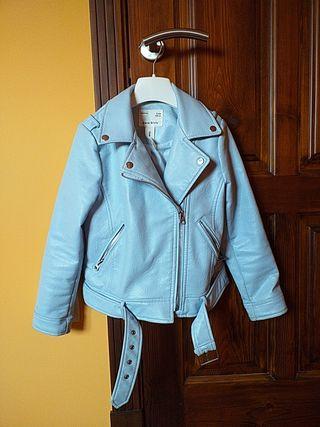 Cazadora niña polipiel color azul Zara. Talla 8.