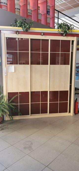 Armario de tres puertas con interior