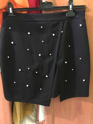 Falda negra con perlas