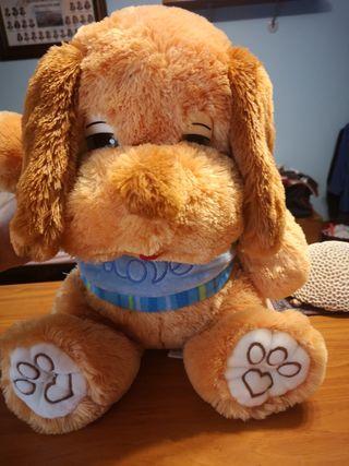 perro marrón de peluche con camiseta azul love