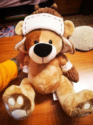 oso marrón con gorro y manoplas 33cm