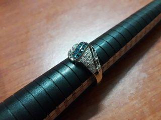anillo con diamantes blancos y azules