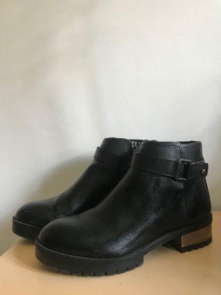 Botas negras tacón plateado