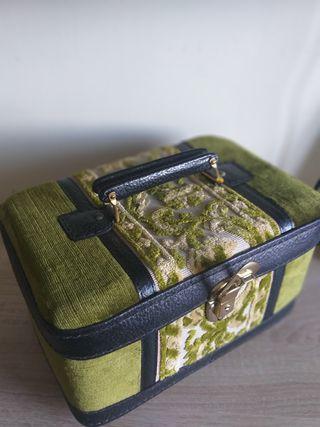 caja, maletín.
