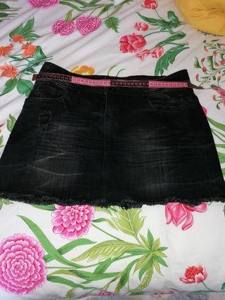 Falda negra vaquera.
