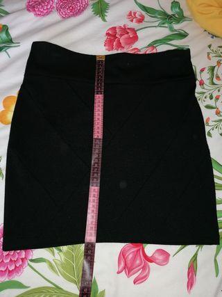 Falda negra corta.
