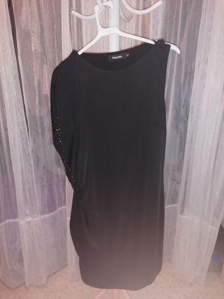 Vestido de coctel negro.