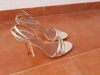 Sandalia tacón dorado zara
