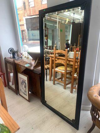 Espejo de madera pintado en negro