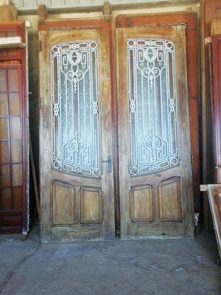 puerta grande de mobila vieja