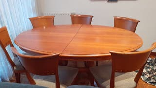 Sillas y mesa de comedor de madera extensible