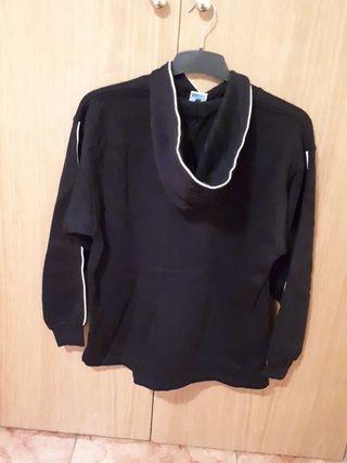 sudadera negra con capucha