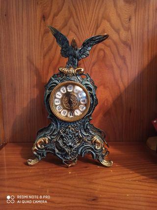 reloj de bronce color verde