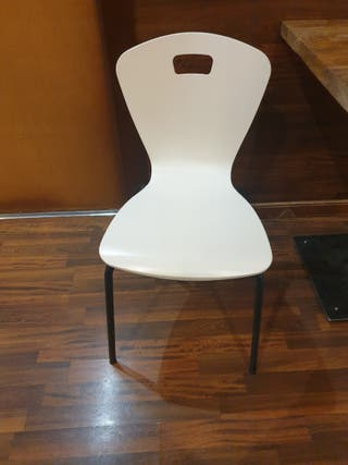silla blanca y en color madera