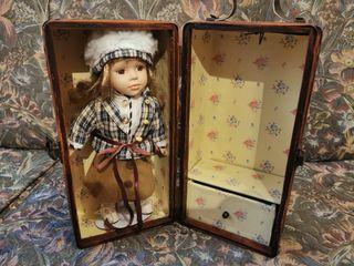 Muñeca de porcelana con baúl