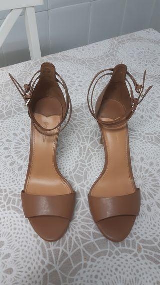 Sandalia de tacon alto, color marrón.