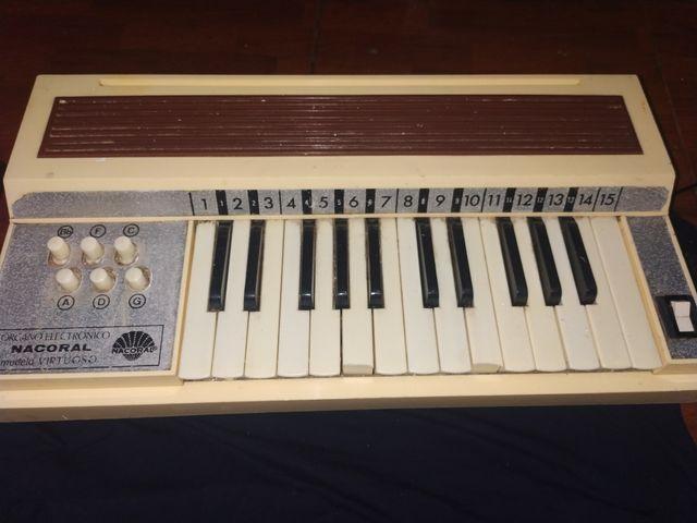 órgano electrónico antiguo
