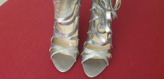 Sandalias plateadas de tacón alto