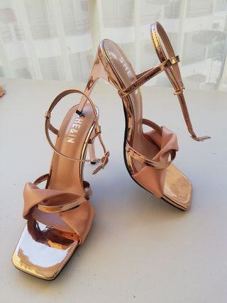 Sandalias dorada de tacón talla 39 ( 11cm)