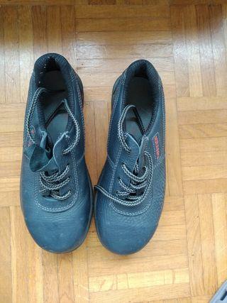 Zapatos de seguridad. chica.