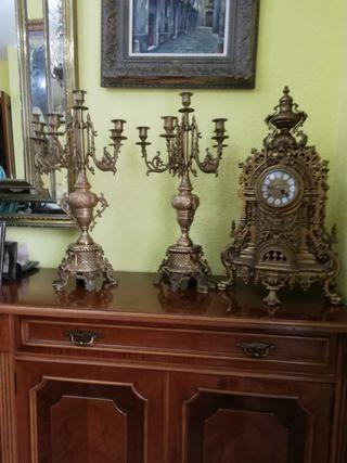 se venden reloj y candelabros de bronce antiguos
