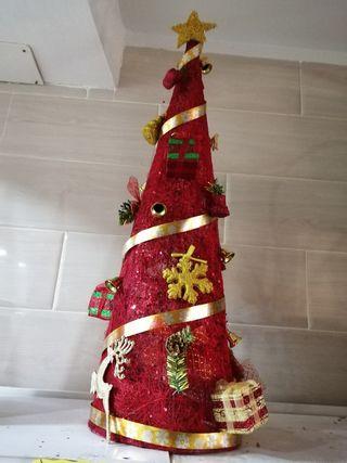 Árbol de Navidad en rojo con luz.