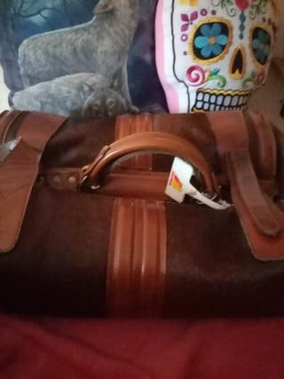 maleta de piel con pelo de jabalí