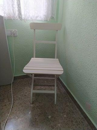 2 sillas blancas de hierro y madera
